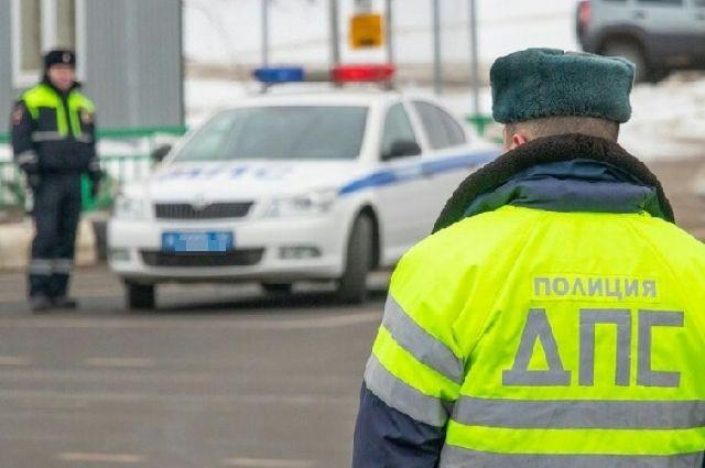 Сотрудники полиции смогли остановить лихача только после того, как трактор съехал в сугроб.