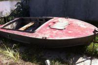 Лодка налетела на мель и мужчина потерял управление