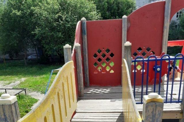 Тюменцам напомнили, что восстанавливать детские площадки должны УК
