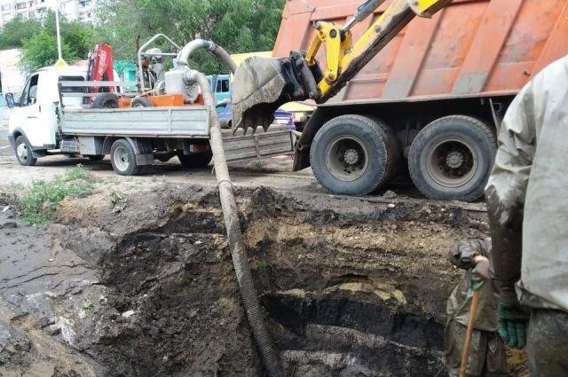 Коммунальные службы устраняют аварии, откачивают воду