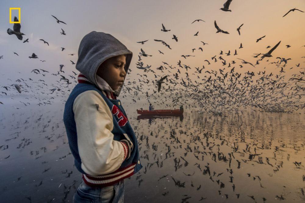 Поощрительный приз в категории «Люди». Восход солнца на берегу реки Ямуна в Дели.
