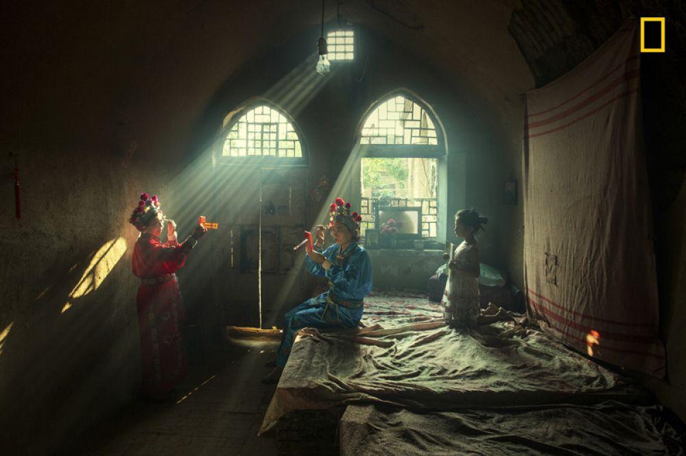 1 место в категории «Люди». Актеры готовятся к выступлению в опере в округе Личэн в Китае.