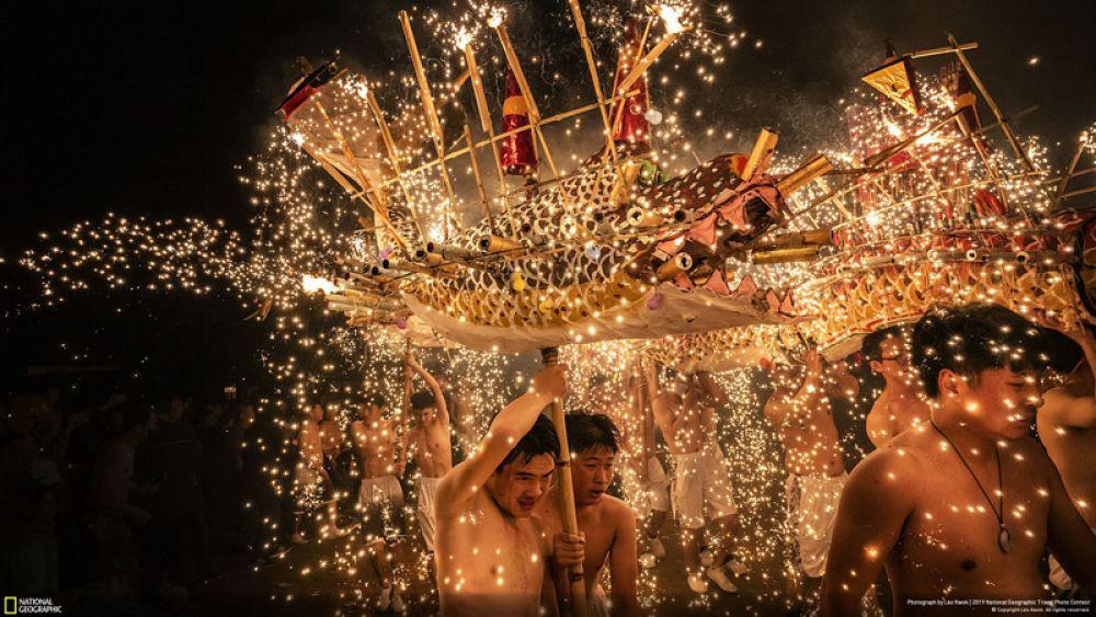 Приз зрительских симпатий в категории «Люди». Танец огненных драконов в Мэйчжоу, Китай.