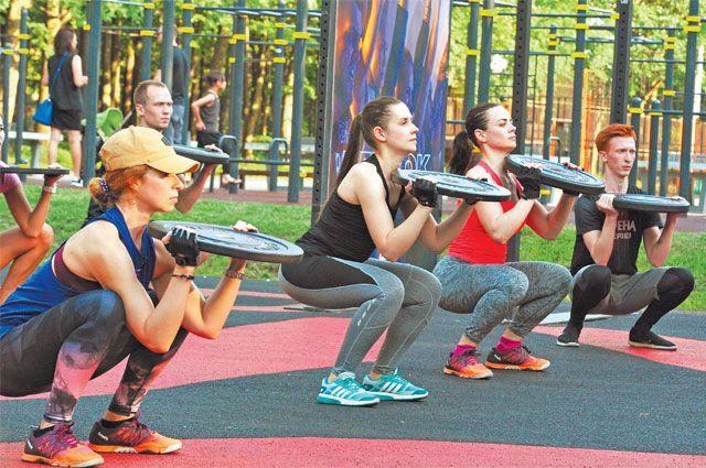 Кроссфит включает в себя разные элементы: упражнения для разминки, силовые нагрузки, занятия на тренажёрах, турниках и т. д.  Бег тоже входит в обязательную программу.