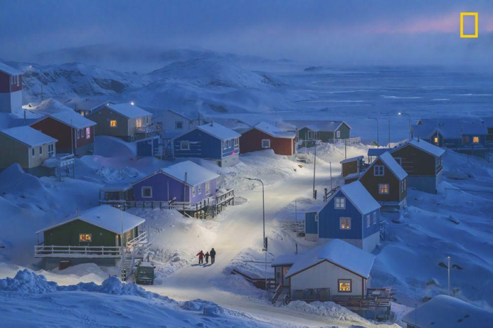 1 место в категории «Города» и Гран-при конкурса. Рыбацкая деревня Упернавик в Гренландии. Здания окрашены в разные цвета в зависимости от их назначения: красный обозначает витрины магазинов, синий — дома рыбаков. Полезное отличие, когда все вокруг покрыто снегом.