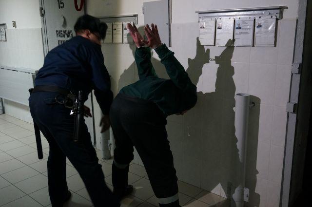 Осуждённый, пытаясь, воспрепятствовать законным действиям сотрудников колонии, ударил одного из них ногой.