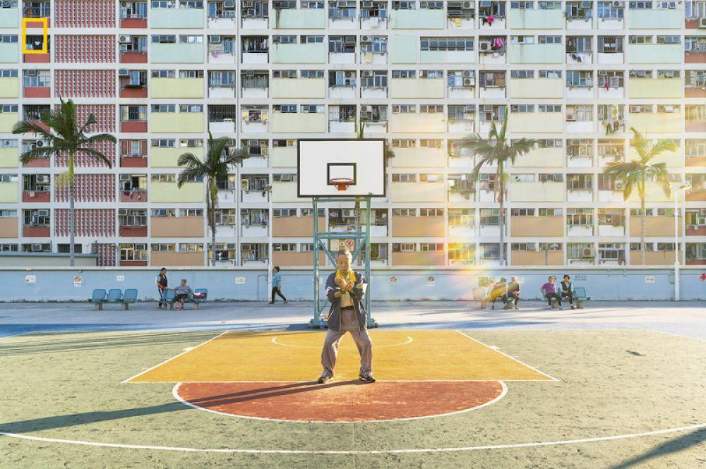 2 место в категории «Люди». Пожилой мужчина занимается тай-чи в парке Гонконга ранним утром.