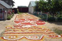 Выкладывать узоры из разноцветного песка возле дома - старинная традиции села Волчье.