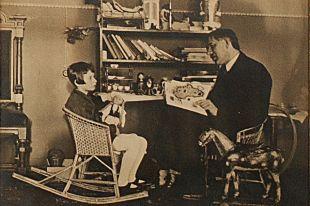 Мурочка с Корнеем Чуковским. Фото в библиотеке дома-музея Корнея Чуковского в Переделкино. Фрагмент.
