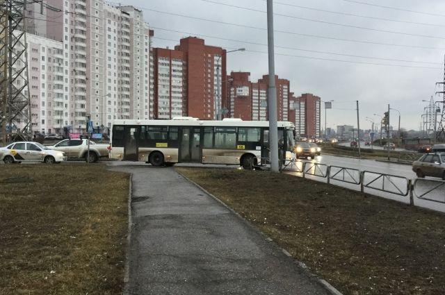 Автобус будет останавливаться на остановках «Церковь Святого князя Владимира», «улица Героя Лядова», «улица Красноборская» и «кинотеатр «Октябрь».