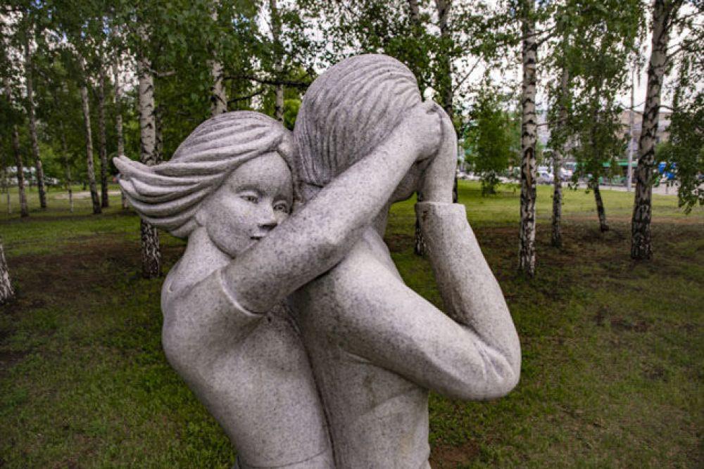 Памятник первому свиданию. Он находится в сквере около научно-технической библиотеки в Новосибирске. Любопытно, что традиция назначать романтические встречи в этом месте появилась еще задолго до установки композиции. Памятник, изображающий молодую пару в момент трепетной встречи, выполнен в натуральную величину. Девушка, прижавшись к юноше, закрывает ему руками глаза, а он нежно держит ее за руку. Наверное, каждый прохожий, увидев композицию, хотя бы ненадолго останавливается возле нее, вспомнив свою первую историю волнительного, но светлого чувства.