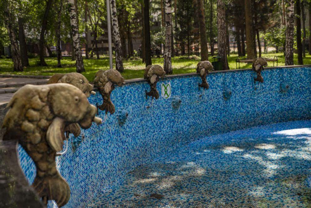 Памятник Змею Горынычу и его другу Кощею Бессмертному, который можно увидеть на предыдущем фото, находится по центру фонтана. Этот фонтам изнутри украшен фигурками рыб. Из их ртов льются струйки воды.