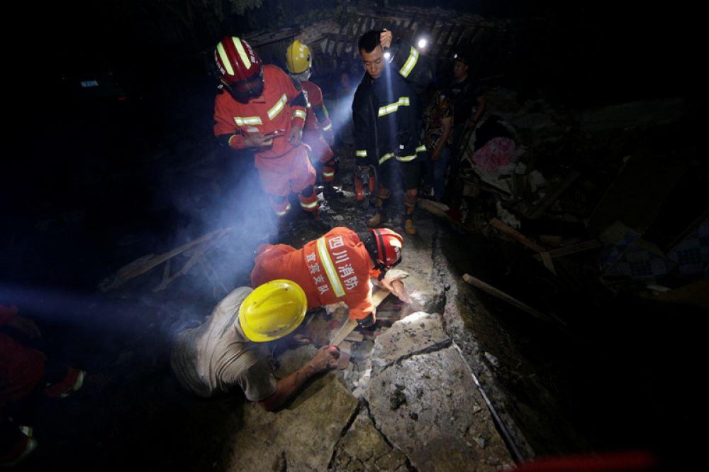 Спасатели ищут выживших в завалах после землетрясения в округе Ибинь уезда Чаннин.