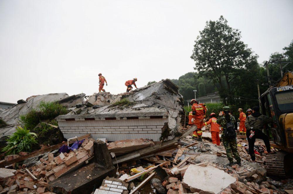 Спасатели на развалинах дома после землетрясения в округе Ибинь уезда Чаннин.