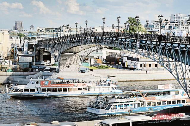 По выходным Москва-река выглядит как МКАД: в субботу поток идёт в сторону Химкинского водохранилища, в воскресенье – в обратном направлении.