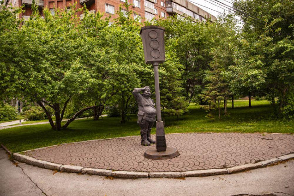 А вот скульптурная композиция в виде постового, который приветствует светофор. Памятник светофору в Новосибирске, установленный в 2006 году,  – первый такой памятник в России. Найти его можно в Центральном районе города на пересечении улиц Сибревкома и Серебренниковской около школы №12. Именно в этом месте в 1936 году был установлен один из первых светофоров в Новосибирске: это был трёхсекционный электрический светофор с ручным переключением.  Также памятники светофору есть в Лондоне, Берлине и других городах мира.