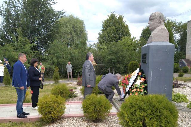 Гости праздника возложили цветы к бюсту Героя Советского Союза Фёдора Ивановича Толбухина.