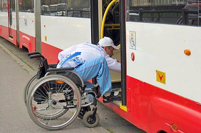 в Петербурге живут около 600 тысяч инвалидов, 16 тысяч из них - колясочники.