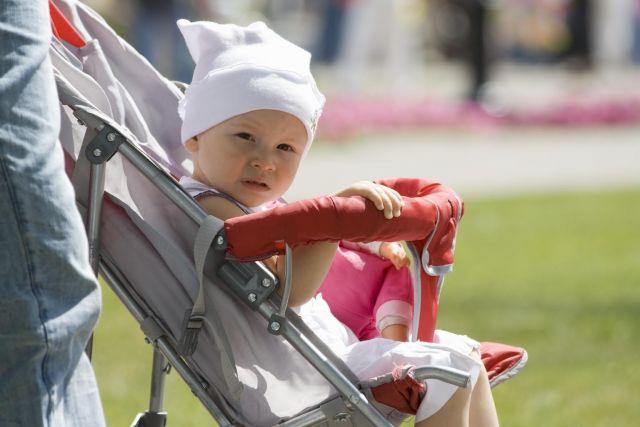 Медведев предложил адресно увеличить пособия по уходу за детьми до 3 лет