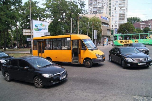 В центре Днепра маршрутка переехала женщину: пострадавшая скончалась