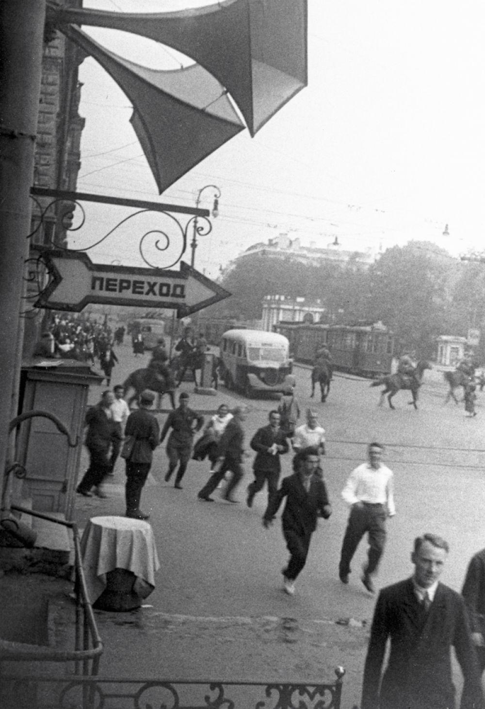Воздушная тревога в Ленинграде в первые дни Великой Отечественной войны.