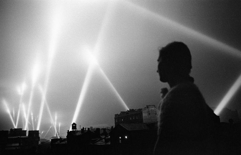 Лучи прожекторов войск ПВО освещают небо Москвы. Москва, июнь 1941 года.