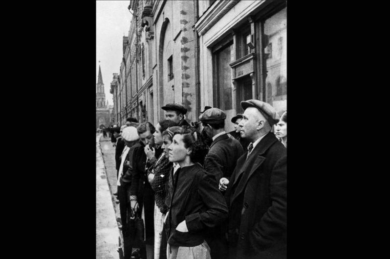 22 июня 1941 года. Жители столицы слушают объявление о вероломном нападении фашистской Германии на Советский Союз.