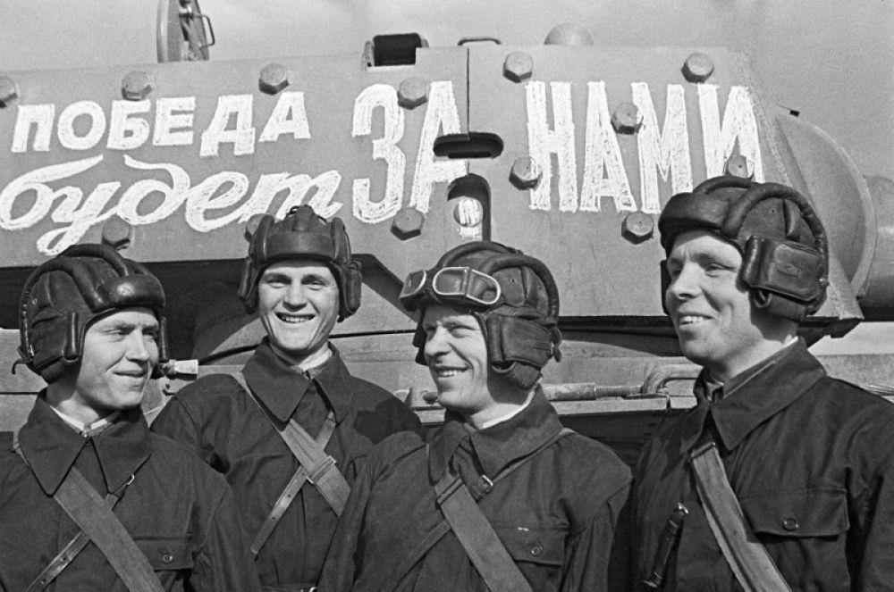 Танковый полк при Военной Академии механизации и моторизации имени Сталина перед отправкой на фронт. Москва, июнь 1941 года.