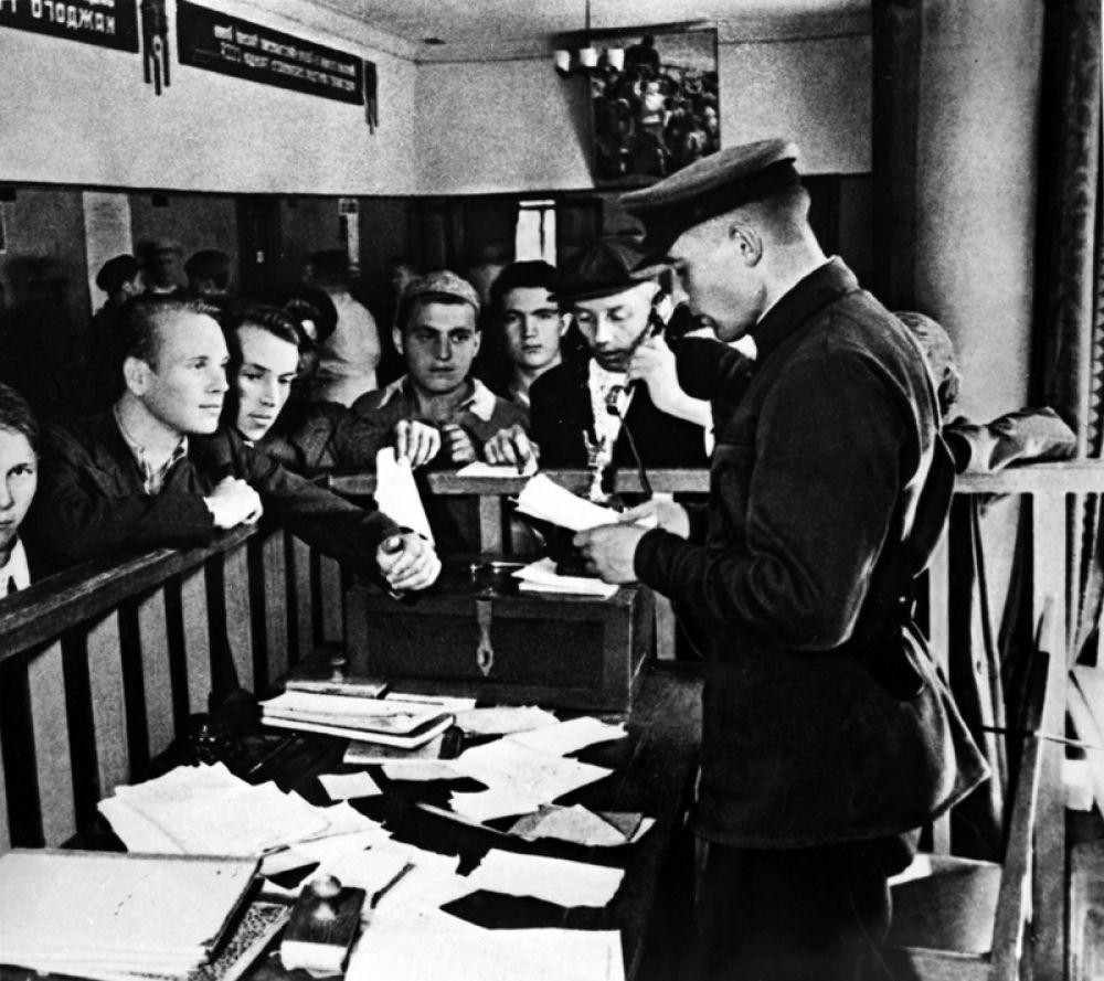 Запись добровольцев в Красную армию в Октябрьском райвоенкомате Москвы.