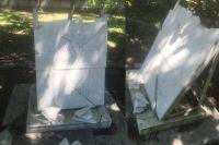 От действий вандалов пострадала надгробная каменная плита над братской могилой с надписью «Здесь похоронены герои борьбы за советскую власть в Сибири» — она оказалась расколота на несколько частей.