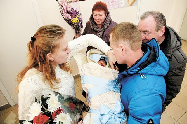 В Улан-Удэ очень популярны так называемые партнёрские роды, когда появиться на свет малышу вместе с мамой помогает отец.