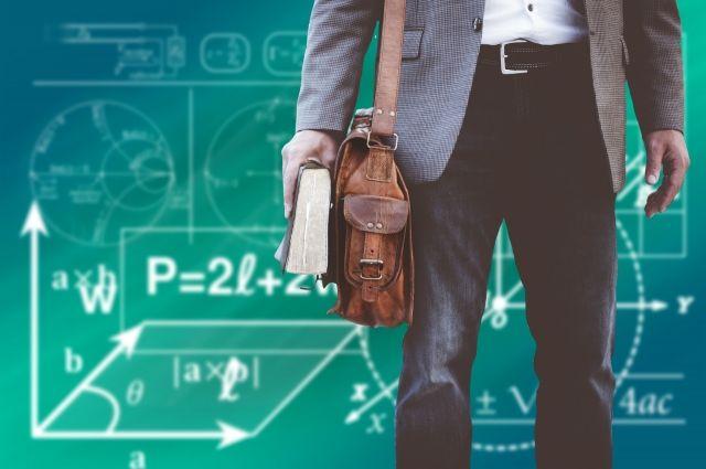 Чтобы стать старшим учителем, недостаточно иметь первую или высшую квалификационную категорию, нужно проработать в школе не менее 5 лет.