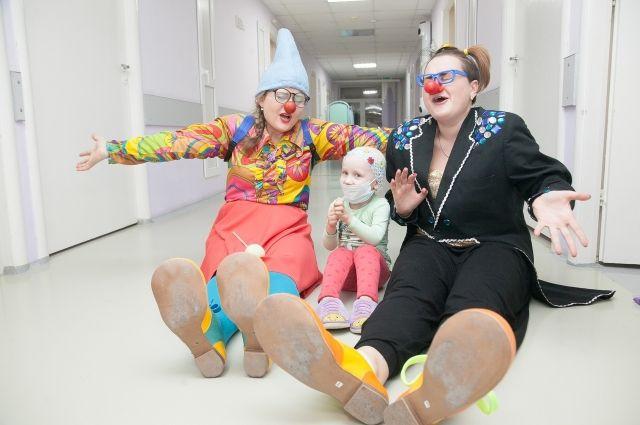 Клоуны поднимают детям настроение в стерильной больничной палате после тяжелых капельниц.