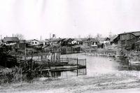 В 40-е годы основной жилфонд составляли бараки и частные дома, самостоятельно возведенные из досок, шпал, шлака, фанеры и т.д.