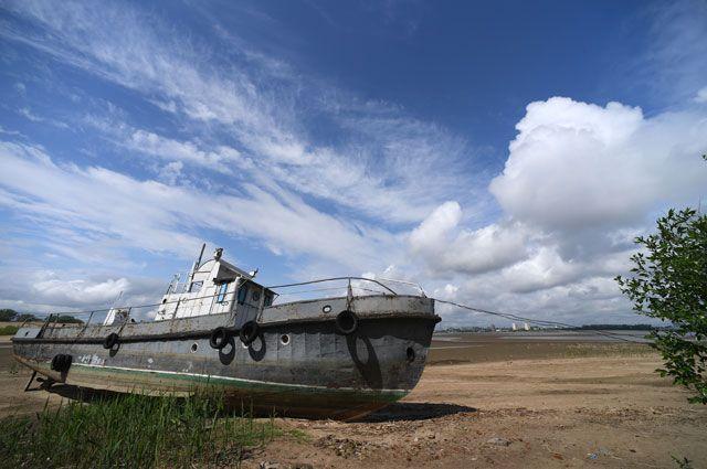 Корабль на отмели у яхт-клуба «Локомотив» в Казани в результате понижения уровня воды в Волге.