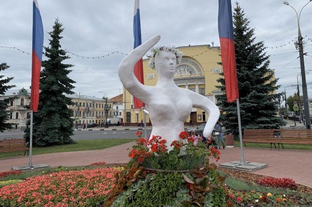 Скульптуры танцующих девушек простояли лишь несколько дней.
