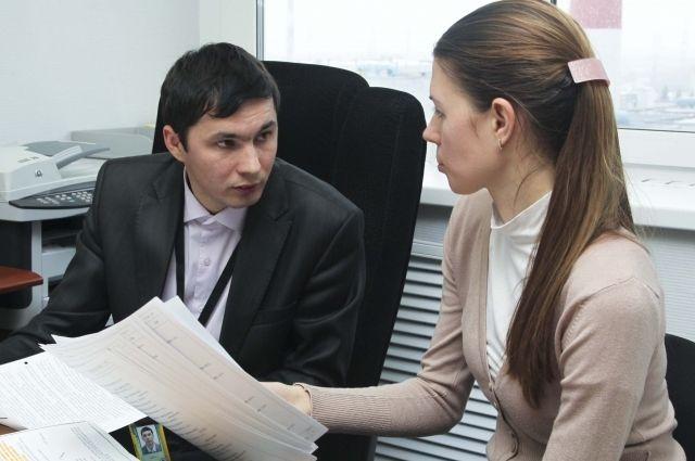 Александр Тютин участвует в проверке знаний сотрудников цеха вентиляции.