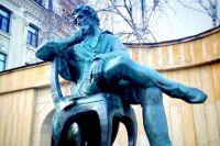 Памятник Пушкину в Ставрополе поставили рядом с домом, построенным в год рождения поэта.
