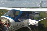 По предварительной информации причина экстренной посадки – низкое давление масла в двигателе.  Давление упала из-за повреждения в радиаторе.