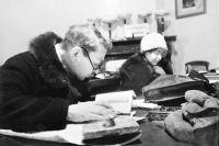 Блокадный Ленинград. Посетители читального зала библиотеки. Фото С. Струнникова. 1942 г.