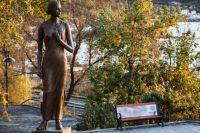 Памятник героине песни «Катюша» в сквере Моргородка во Владивостоке.