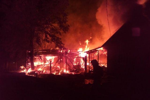 Когда спасатели прибыли на место ЧП, огонь уже перекинулся на соседний дом.