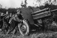 Артиллеристы на исходных позициях в боях под Ржевом в 1942 году.
