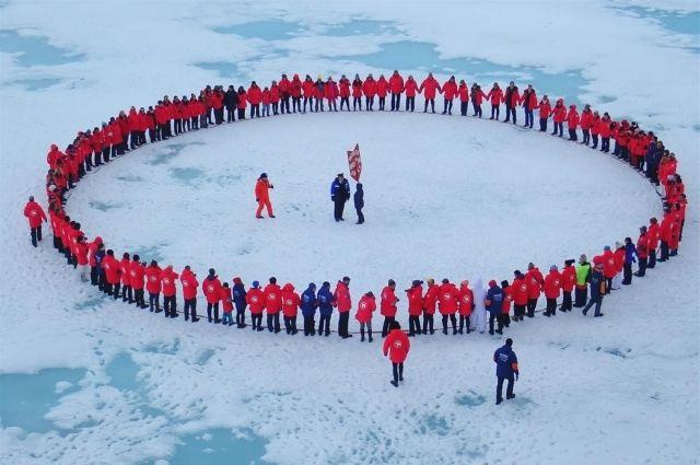 Туристы на Северном полюсе в 2018 году.