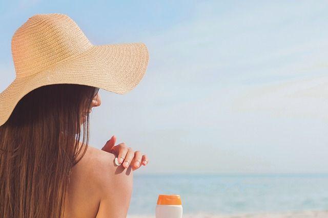Собираясь на пляж, главное - не перепутать тюбики с кремами от и для загара.