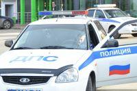 На месте аварии работают сотрудники ГИБДД.