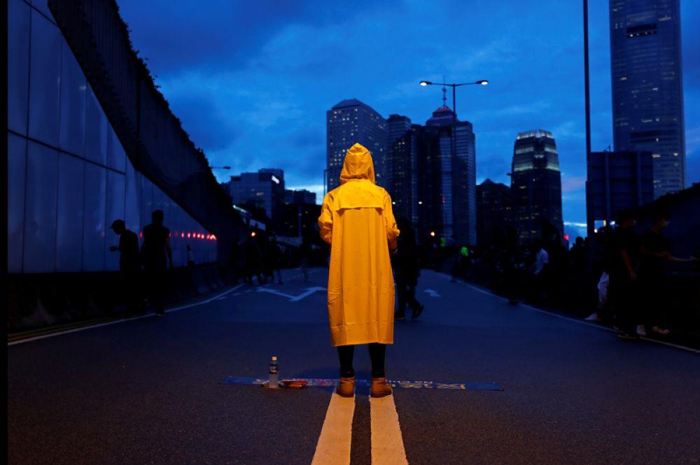 Демонстрант в желтом плаще во время митинга против законопроекта об экстрадиции в Гонконге.