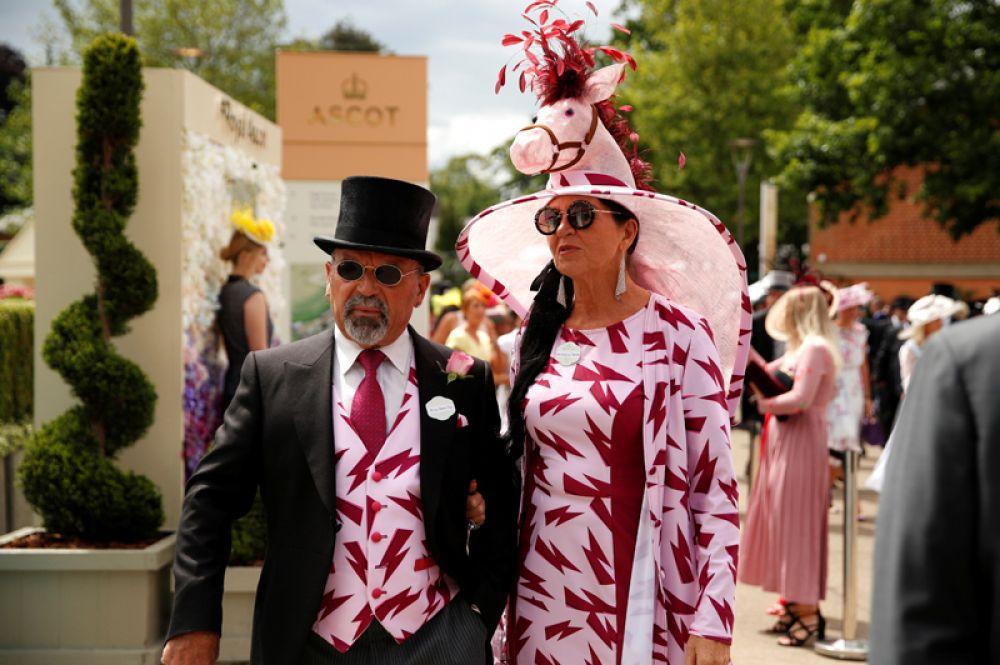 Посетители скачек Royal Ascot в Великобритании.