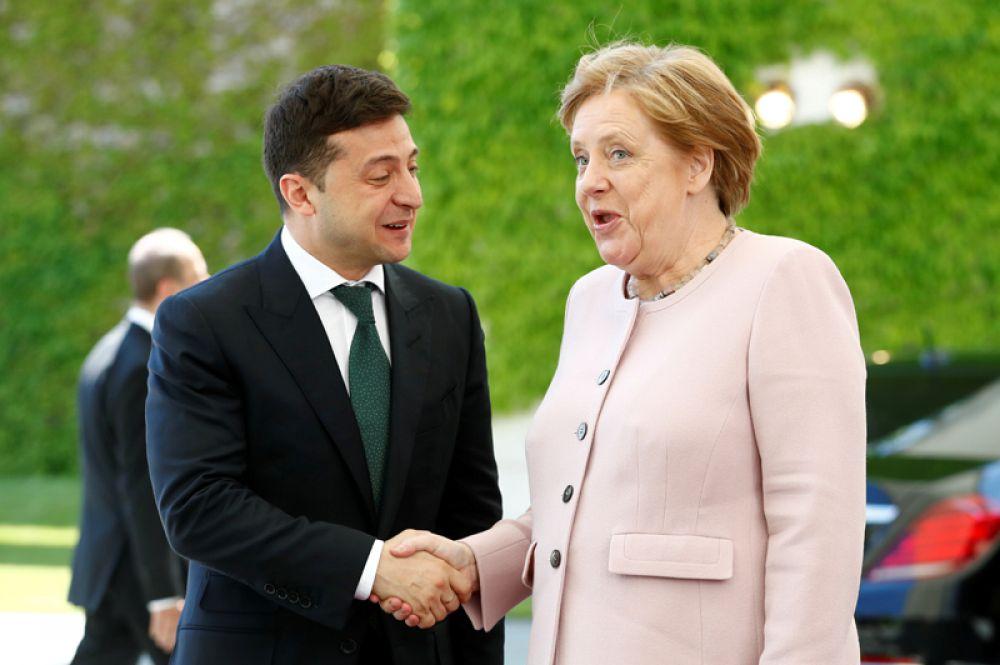 Канцлер Германии Ангела Меркель приветствует президента Украины Владимира Зеленского в Берлине.