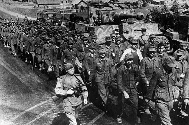 Белорусская наступательная операция «Багратион» с 23 июня — 29 августа 1944 года. Колонна пленных немцев.
